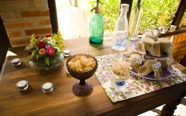 Mesa decorada: flores, estampas vintage e objetos antigos