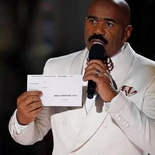 Steve Harvey corrigiu ao vivo o erro que cometeu ao coroar a candidata errada como Miss Universo 2015