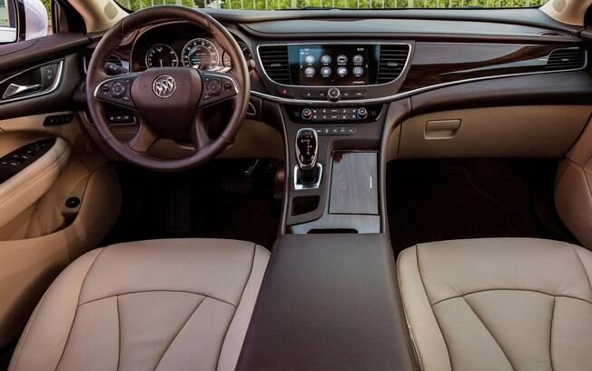 De olho no mercado chinês, o Buick LaCrosse traz simplicidade, belo acabamento, e facilidade de uso