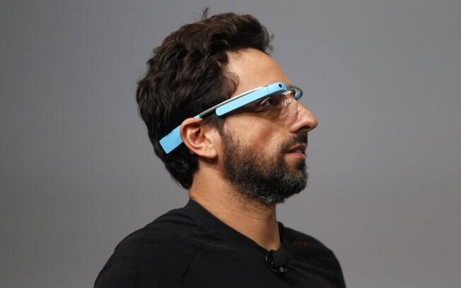 Sergey Brin, cofundador do Google, mostra os óculos com Android no palco do Google I/O
