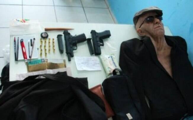 Um homem foi preso após tentar assaltar uma agência bancária usando uma máscara de idoso.