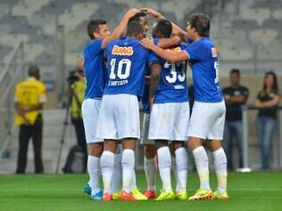 Jogadores comemoraram juntos o gol que facilitou a vida do Cruzeiro no jogo