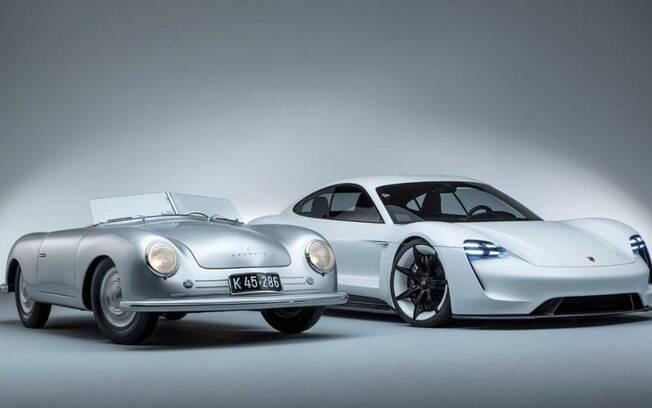Porsche 356 Roadster (esquerda) e o novo Taycan.  Os dois extremos cronológicos em uma só foto
