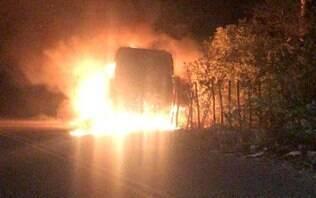Bandidos queimam ônibus e tentam explodir túnel em 13ª noite de ataques no Ceará