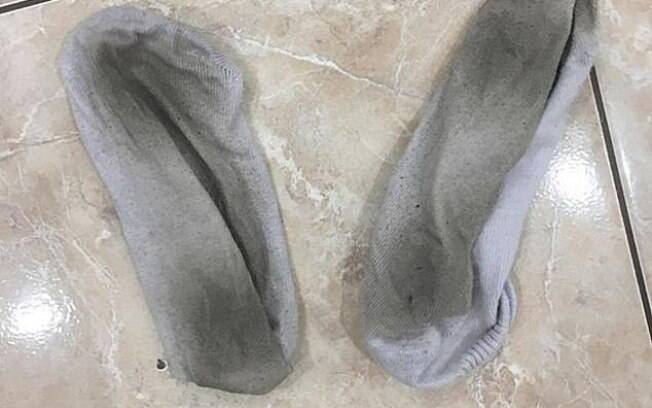 Após usar as meias, Rosy Styles vende os itens para pessoas que possuem fetiche por pés por até R$ 95