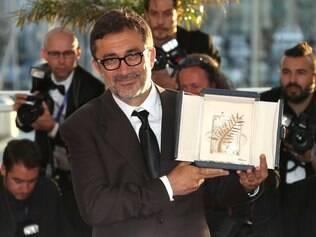 Nuri Bilge Ceylan mostra prêmio que recebeu neste sábado, em Cannes