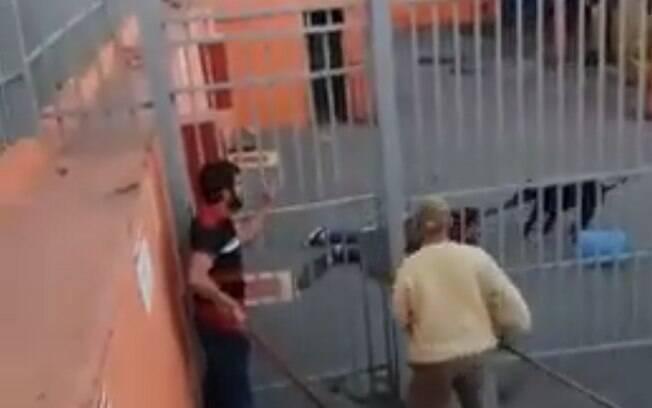 Mulher é atacada por pitbull em seu local de trabalho. Homem entra na distribuidora para tentar salvá-la