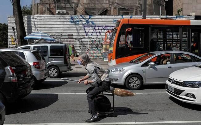 Os criadores da vassoura foram vistos passeando pelas ruas de São Paulo com o meio de transporte