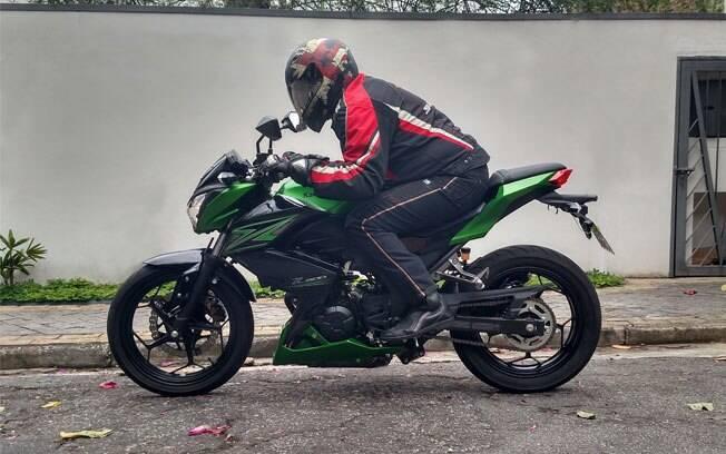 """A Kawasaki Z300 é uma boa alternativa para pilotos mais robustos que não """"cabem"""" na Ninjinha."""