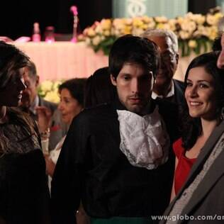 Com vergonha dos amigos, Luciano diz que Joana é sua tia