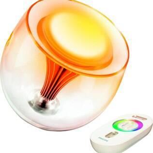A luminária Living Colors, da Philips, possui lâmpadas LED e é acionada remotamente