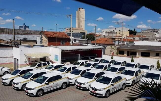 Táxis estacionados em pátio