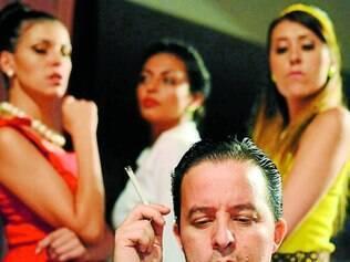Inseparável. Guilherme Ruggio, que interpreta Nelson Rodrigues, com um cigarro na mão: autor chegava a fumar quatro maços por dia