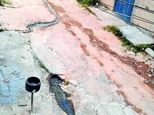 Transtorno. Sem asfalto, água corre pela rua Antonio Maria de Freitas, no bairro Funcionários