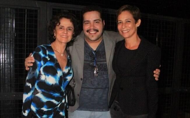 Tiago Abravanel entre Marieta Severo e Andrea Beltrão