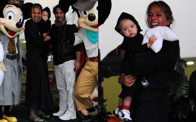 Mamãe coruja, Adriane Galisteu ficou com Vittorio no colo e posou para fotos ao lado do marido