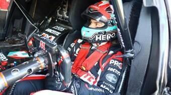 Como é guiar um Corolla de corrida ao lado de  ex-pilotos de F1 e Indy