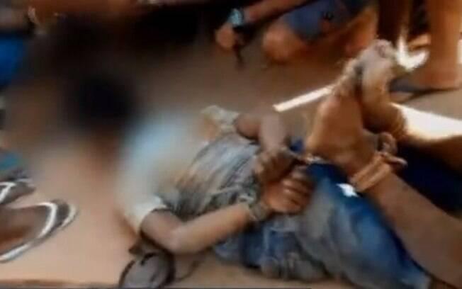 Adolescente de 17 anos foi detido pela população e amarrado até a chegada dos policiais