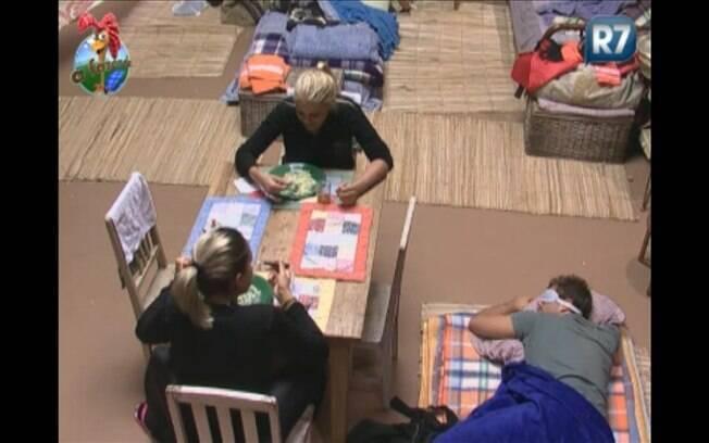 Monique e Dani Bolina comem enquanto Thiago dorme