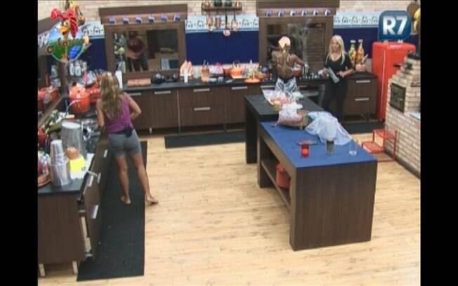 Raquel, Valesca e Monique conversam na cozinha enquanto preparam o almoço