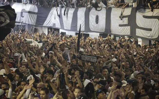 Torcedores do Corinthians lotam a quadra da  torcida organizada Gaviões da Fiel, acompanhando a  final do Mundial de Clubes