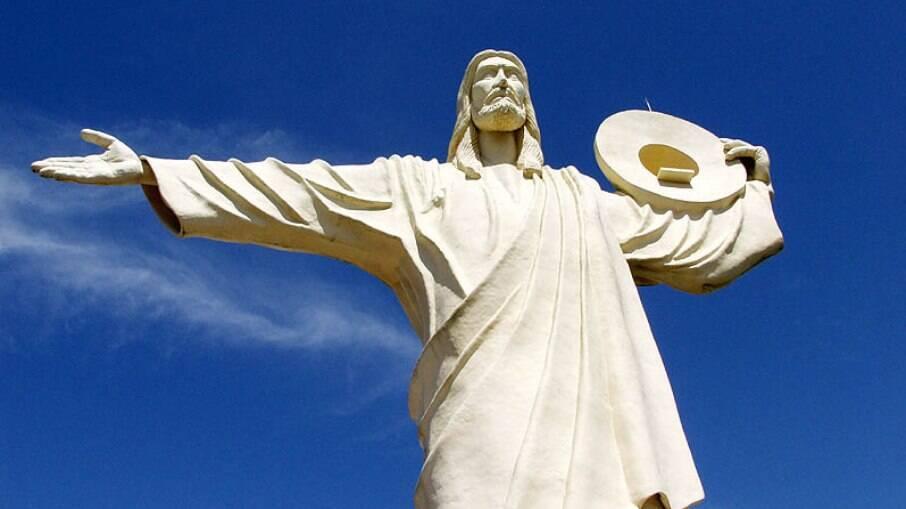 O Cristo Luz segura ilumina a cidade durante a noite
