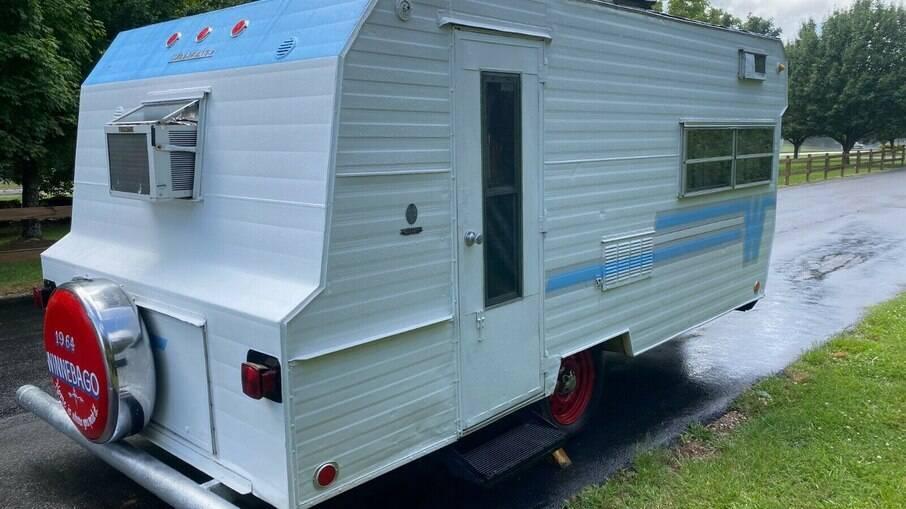 O motorhome Winnebago Camper Trailer de 1964 foi todo restaurado nos padrões originais de época.