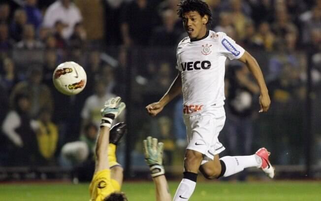 Romarinho dá leve toque e encobre Orion para  empatar a partida para o Corinthians