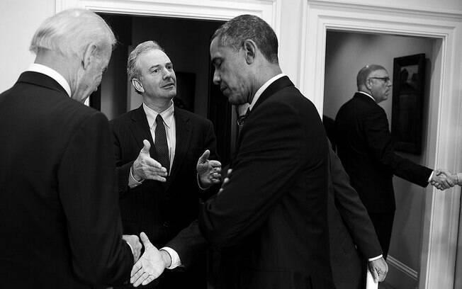 Obama é visto conversando depois de encontro na Casa Branca com a liderança democrata (15/10/2013)