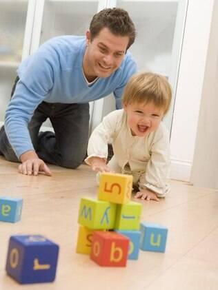 Dicas simples para uma educação melhor: brincar no chão e ler para a criança são alguns passos