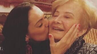 Glória Menezes celebra aniversário em casa, ao lado dos filhos