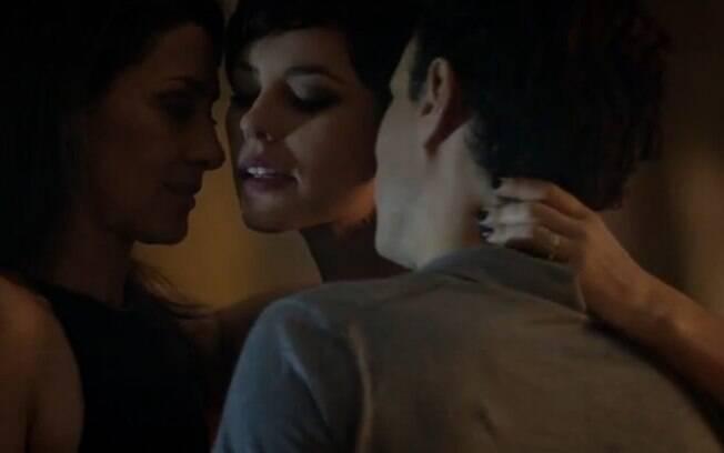 Pressionada por Cláudio, Marília acaba topando o sexo a três, mas acaba desistindo de prosseguir no ménage. Foto: Reprodução