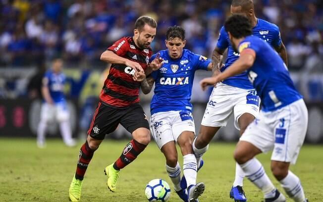 Éverton Ribeiro foi o nome do Flamengo na vitória sobre o Cruzeiro