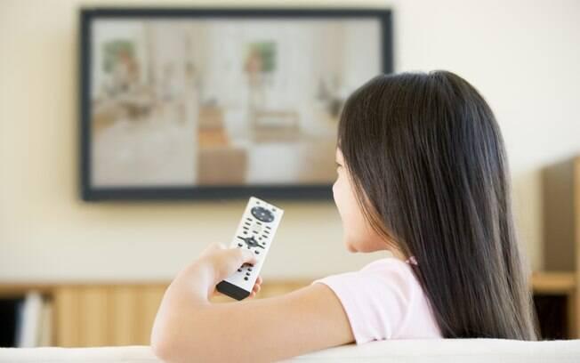 Pesquisa mostra que 98% das crianças assistem televisão, sendo que 93% fazem a atividade diariamente