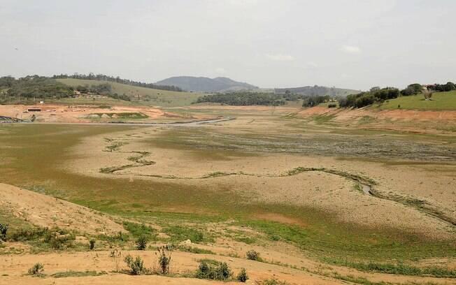 Seca no reservatório do Rio Jacareí, em Joanópolis, São Paulo. Foto: Futura Press