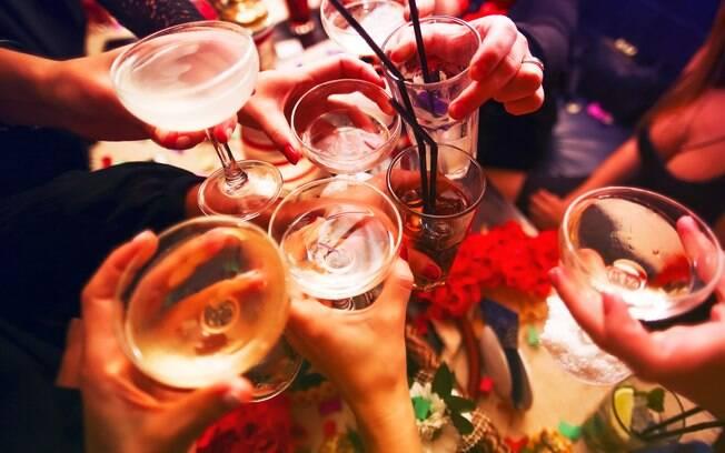 Ingerir bebidas alcóolicas é um hábito mais comum durante as festas de fim de ano.