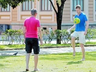 Darren Jenkins e Nick Goldstein (dir.) jogam com amigos na praça da liberdade na véspera do jogo entre Inglaterra e Costa Rica