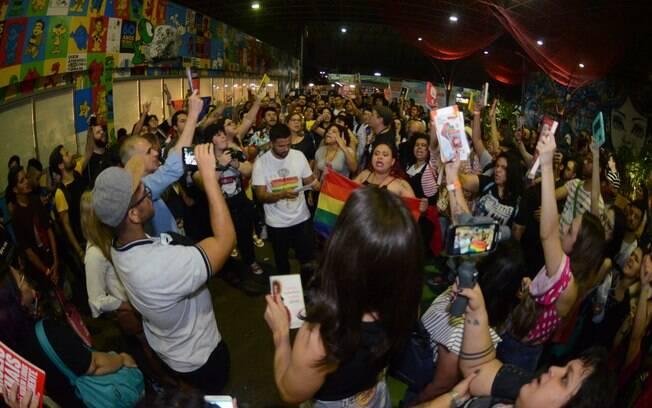 Público da Bienal protesta contra o prefeito do Rio