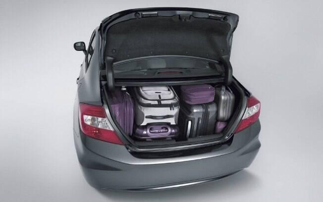 Peso extra no carro só prejudica. Não só compromete a economia de combustível, como força todos os componentes