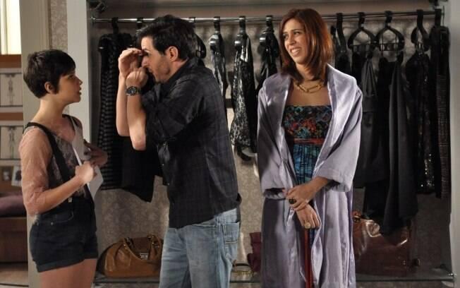 Douglas pede a Leila para ajudar Bibi na escolha do vestido