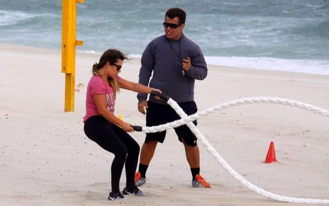 Fernanda Souza treina na praia