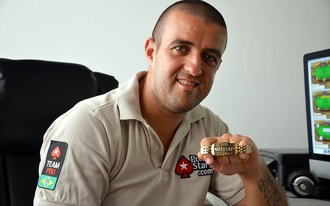 André Akkari com o bracelete de ouro do World Series of Poker, conquistado em 2011