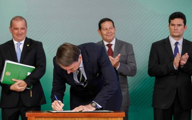 Presidente Jair Bolsonaro assinou novo decreto sobre regras para posse de armas no Brasil