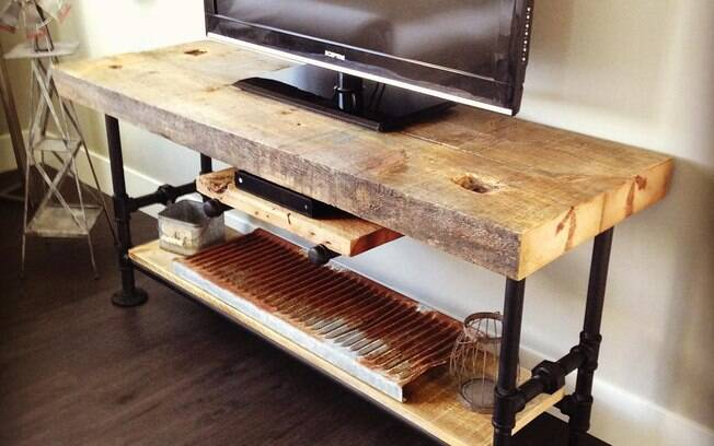 Mesa de madeira de demolição: objetos de decoração acompanham estilo rústico