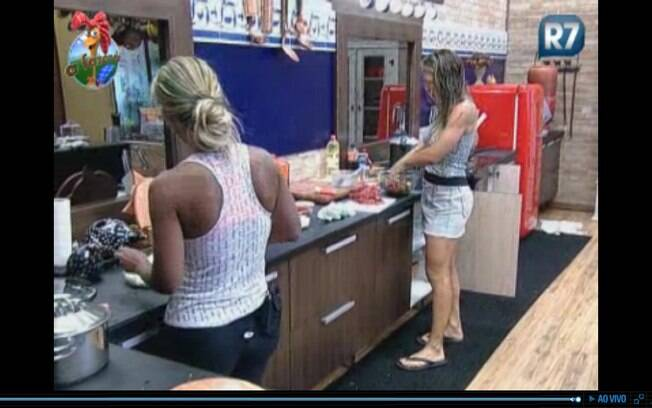 Joana comenta com Valesca sobre o jogador Adriano
