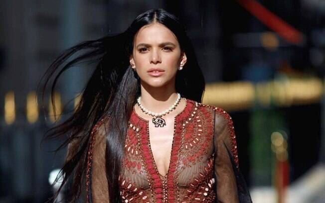 Bruna Marquezine chegando ao desfile da Dior