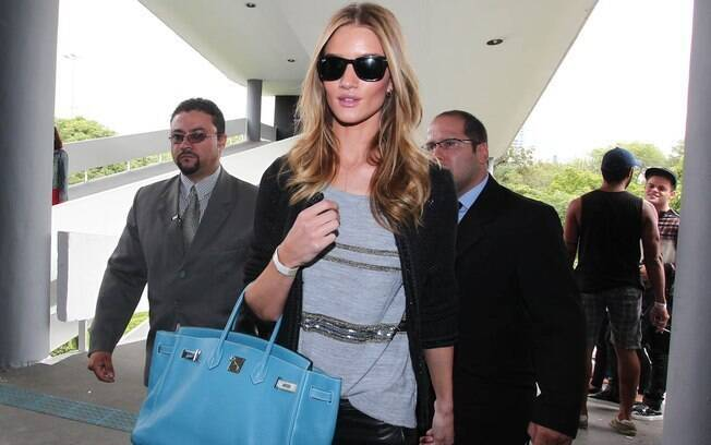 Rosie Huntington-Whiteley chega à Bienal do Ibirapuera