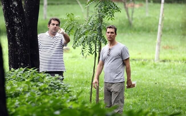 Ao alimentar os animmais, Matthew McConaughey percebe a presença dos paparazzi