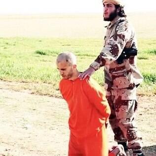 Prisioneiro de joelhos antes da execução