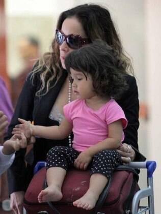 Daniela Mercury e Ana Isabel, que se divertiu andando no carrinho do Aeroporto de Congonhas